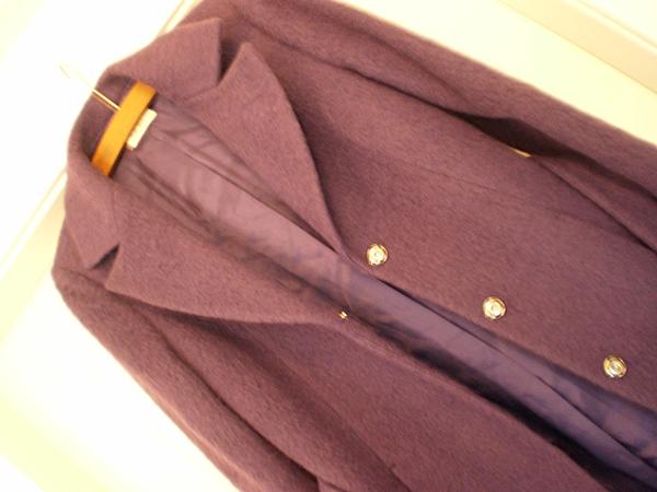 En lang frakke i det varmeste uld og i en meget smuk lilla farve